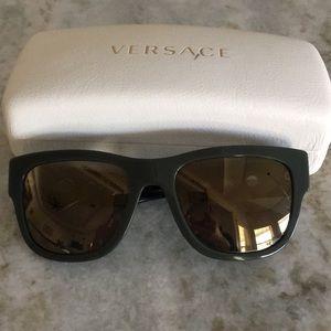 Green Versace wayfarer style sunglasses 🕶
